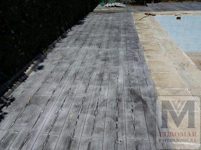 pavimento de homrigon impreso en exteriores con efecto imitacion madera gris