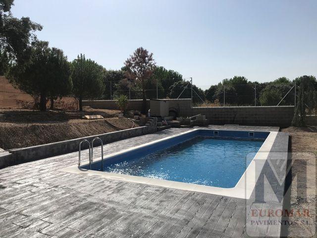 suelo de piscina decorado con hormigón impreso efecto imitación madera gris en Madrid
