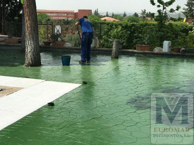 trabajando en pavimento impreso verde