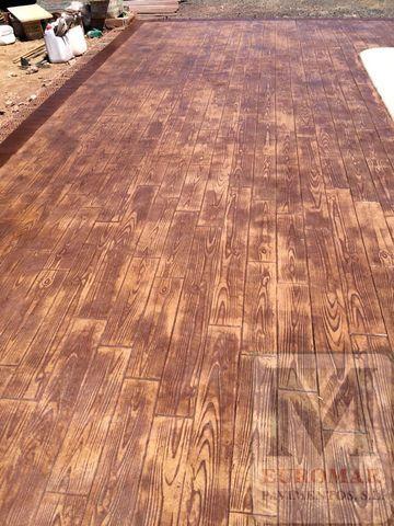 suelo de hormigón estampado con plantilla imitacion madera recién terminado