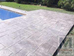 Pavimento de cemento impreso blanco alrededor de piscina