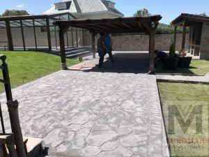 Terraza con hormigón impreso blanco