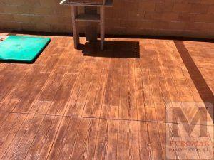 vivienda madrileña con pequeño pavimento estampado de hormigón imitación madera