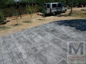 patio con fachada de hormigón gris