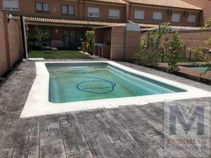 captura completa de piscina con pavimento impreso madera gris