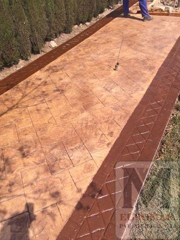Estampado de hormigón con estilo efecto ladrillo sutil sobre terraza en exteriores