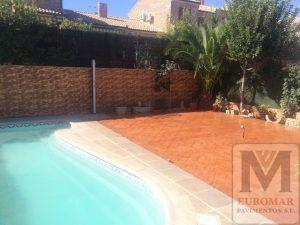 Hermosa piscina con pavimento de hormigon y revestimiento vertical impreso