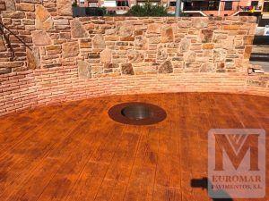 superficie publica con pavimento de hormigon impreso efecto madera