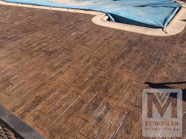 Pavimento con estampado imitación madera en una piscina