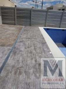lateral izquierdo de pavimento de hormigón impreso madera gris en piscina