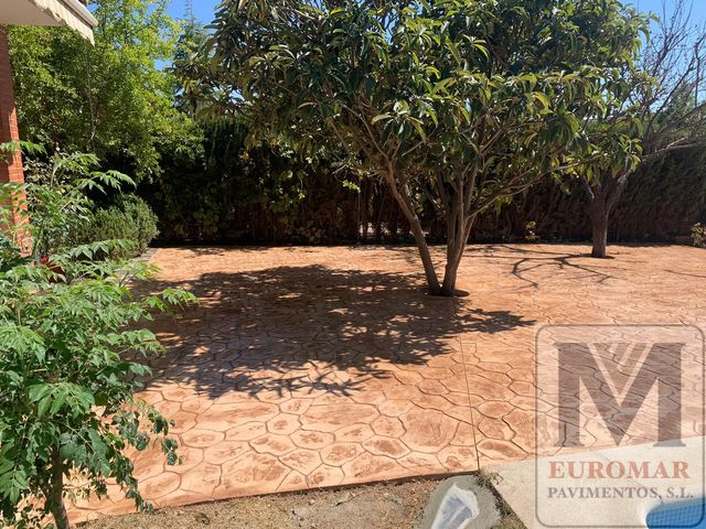 Hermoso pavimento impreso efecto arena en patio