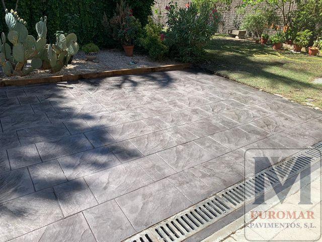 pavimento impreso con efecto adoquinado gris en jardin