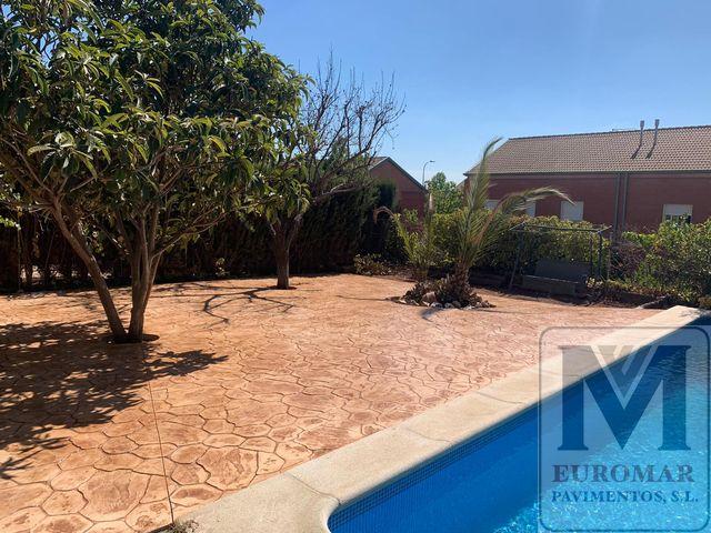 piscina con pavimento impreso color arena